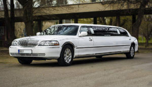 white Lincoln stretched limouisne